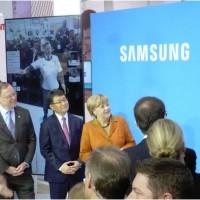 Sur le Cebit 2014, Samsung a présenté à la chancelière Angela Merkel un exemple d'usage dans le secteur de la distribution de détail sur un écran géant. (ci-dessus, séance d'essayage virtuel - crédit : LMI)