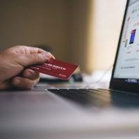 Depuis deux ans, des dispositifs comme 3D-Secure et les outils d'analyse du risque ont permis de faire baisser le taux de fraude sur la vente à distance. (Crédit : Negativespace CC)