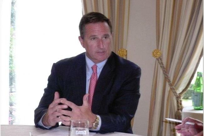 Mark Hurd, prsident d'Oracle, commentant hier la stratgie d'Oracle dans un salon de l'htel Bristol,  Paris. (photo : M.G.)