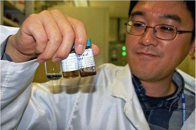 Un scientifique d'IBM montre des solutions contenant des nanotubes en carbone. Les recherches de la société portent sur une prochaine génération de processeurs basés sur cette technologie. (crédit photo : Jay Alabaster / IDGNS Tokyo) - Cliquer sur l'image pour l'agrandir.
