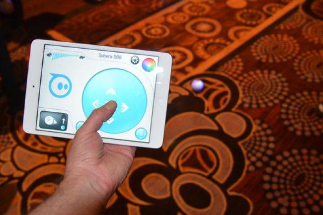 Orbotix a montr� une application de r�alit� augment�e pour piloter Sphero, sa boule robotique dot�e d'une cam�ra vid�o.  Cr�dit IDG NS