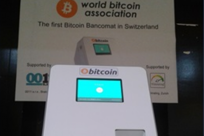 Il suffit d'insérer ses billets dans la machine pour qu'elle les convertisse en Bitcoin. (Source: Netzmedien)