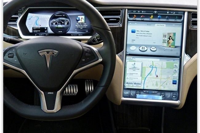 L'écran d'affichage principal de la Tesla S 2013 est construit avec près de 5 300 composants. (crédit : D.R.)