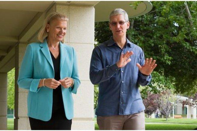 Virginia Rometty, PDG d'IBM, et Tim Cook, PDG d'Apple, ont signé un accord en juillet dernier pour préparer des solutions mobiles pour les entreprises. (crédit : D.R.)