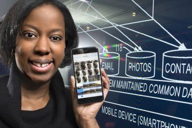 Stacy Hobson, chercheur chez IBM, est � l'origine de 4 des 7534 brevets d�pos�s en 2014. Son invention contr�le automatiquement le d�bit des donn�es partag�es entre les ordinateurs et les appareils mobiles. (Cr�dit D.R.)
