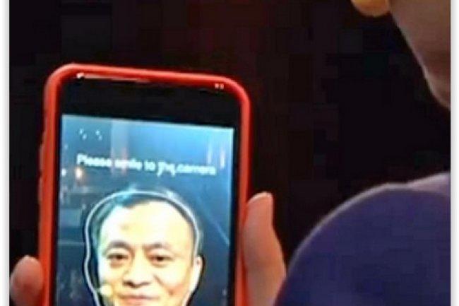 Jack Ma, fondateur d�Alibaba, a r�gl� un achat sur son smartphone en utilisant une technologie de reconnaissance faciale lors d�une d�monstration effectu�e au Cebit 2015. (cr�dit : D.R.)