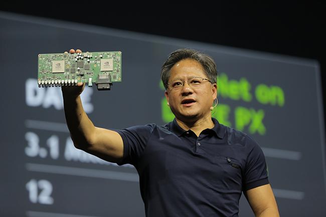 Le syst�me Drive PX, une carte embarqu�e avec son SDK pr�sent�e par Jen Hsun Huang (CEO de Nvidia), repose sur des puces Tegra X1. (Cr�dit Nvidia)