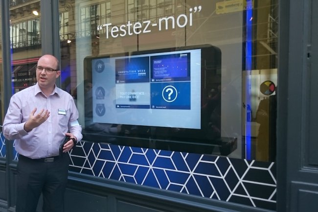 Christopher Partridge, chef produit moniteurs B2B chez Samsung Electronics France, devant l'�cran tactile de la boutique �ph�m�re � Paris. (cr�dit : S.L.)
