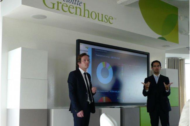 Michel Elmaleh (� droite), associ� de Deloitte et membre du comit� ex�cutif, explique la d�marche Greenhouse du cabinet. A gauche, Yann Glever, directeur de l�innovation chez Deloitte. (Cliquer sur l'image / LMI)