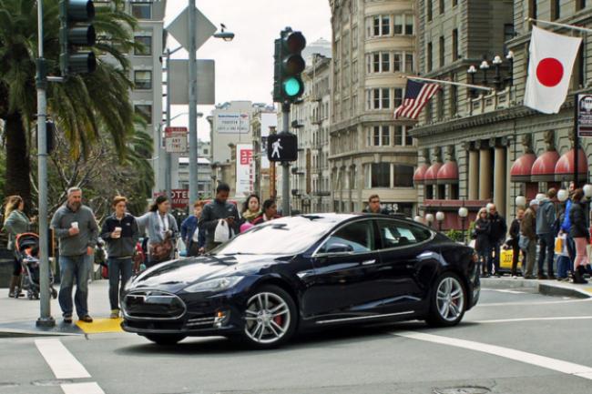 Tesla teste toutes ces fonctions depuis un mois mais pr�f�re encore en proposer certaines en b�ta et recommande aux conducteurs de toujours garder les mains sur le volant. (cr�dit : D.R.)