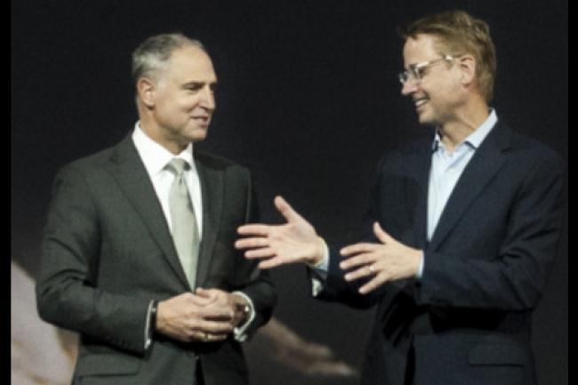 Bob Picciano (vice-président senior d'IBM) et le CEO de The Weather Company sur scène à Las Vegas à l'occasion de la conférence Insights 2015. (crédit : D.R.)