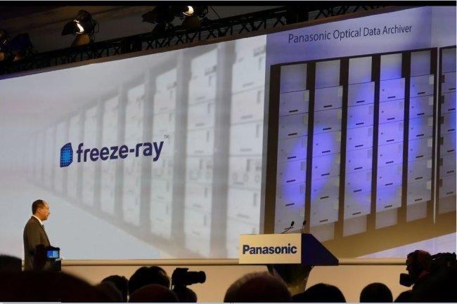 Yazu Enokido, président de la division B-to-B de Panasonic, a annoncé le 5 janvier sur le CES 2016 que son groupe préparait des systèmes d'archivage basés sur des disques Blu-ray en collaboration avec Facebook. (crédit : James Niccolaï/IDGNS)