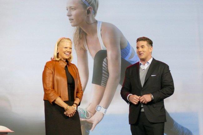 Ginni Rometti, CEO d'IBM, sur sc�ne au CES avec Kevin Plank, CEO d'Under Armour, pour la pr�sentation de leur partenariat autour de Watson.