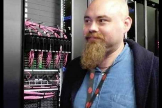 Matthieu Blumberg, responsable des infrastructures d'hébergement de Criteo au niveau mondial, lors de la visite du datacenter installé par la société à Pantin pour étendre son cluster Hadoop. (crédit : D.R.)