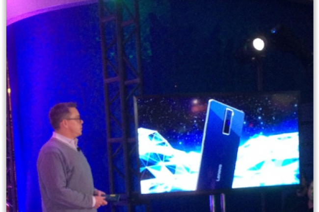 Le vice-pr�sident du d�veloppement de Lenovo, Jeff Meredith, annon�ant le smartphone Project Tango au CES 2016 � Las Vegas. (cr�dit : Matt Hamblen)
