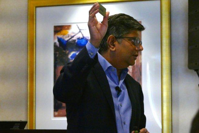Anand Chandrasekher, vice-président de Qualcomm, montrant une puce ARM pour serveur lors d'une conférence de presse à SF en octobre dernier. (Crédit IDG NS)