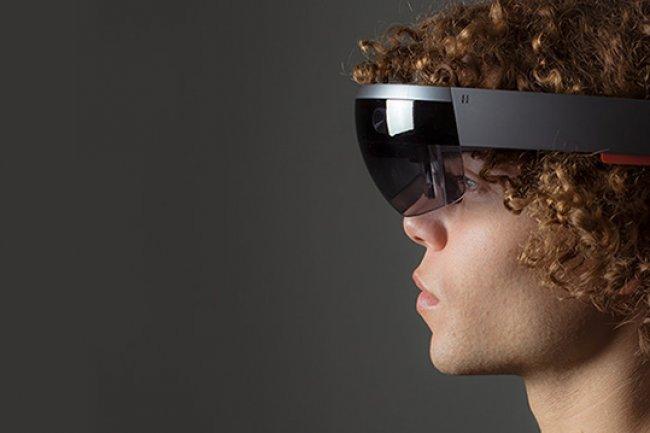 Le casque HoloLens, un masque en fait puisqu'il ne recouvre pas la t�te, est attendu pour fin 2017 . Cr�dit: D.R.