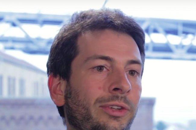 Blaise Agüera y Arcas, responsable de l'entité travaillant sur l'intelligence machine chez Google, explique l'intérêt d'insérer de la reconnaissance d'images sur les smartphones. (crédit : D.R.)