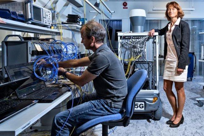 Sara Mazur, vice-présidente chez Ericsson, pose à côté du terminal 5G de 150 kg. (Crédit Daniel Roos - Ericsson)