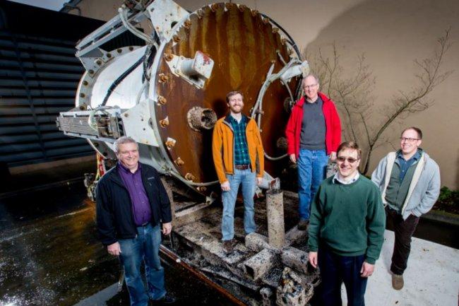 L'�quipe du Project Natick de Microsoft devant le prototype de datacenter sous-marin conteneuris� Leona Philpot. De gauche � droite : Eric Peterson, Spencer Fowers, Norm Whitaker, Ben Cutler et Jeff Kramer. (cr�dit : Microsoft)