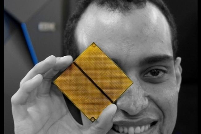 Brian David Flores, ingénieur en vérification matérielle, présente le microprocesseur du nouveau mainframe z13s. (crédit : IBM)