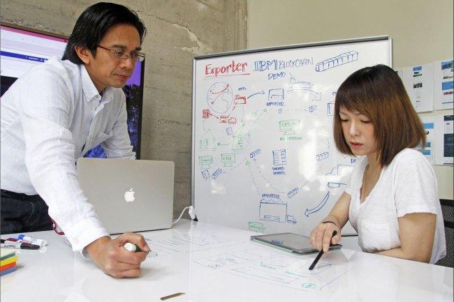 Deux designers IBM, Dante Guintu et Andrea Lee, travaillant sur une interface utilisateur blockchain le 16 février 2016 à San Francisco. (crédit : Georges Nikitin/IBM)