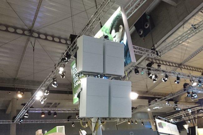 Ericsson occupait un stand gigantesque avec un espace 5G impressionnant au MWC 2016. On y voyait l'optimisation permanente d'un terminal en mouvement sur un r�seau 5G reposant sur 4 stations de 8 modules avec 64 antennes chacune. (cr�dit : LMI)