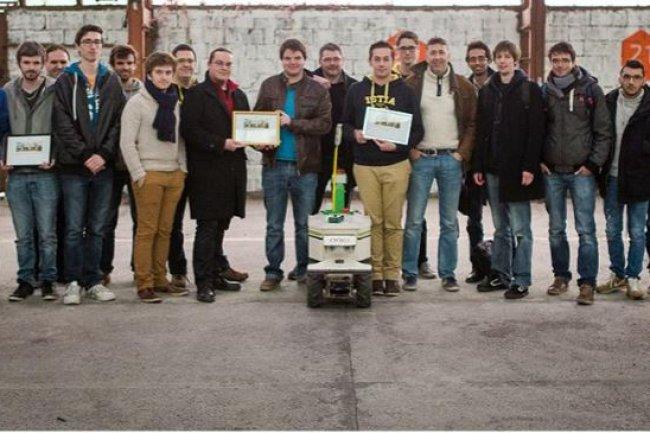 les finalistes du concours Move Your Robot ont pu imaginer et mettre en oeuvre leurs applications originales en utilisant le robot agricole Oz. Cr�dit: Tien Tran.
