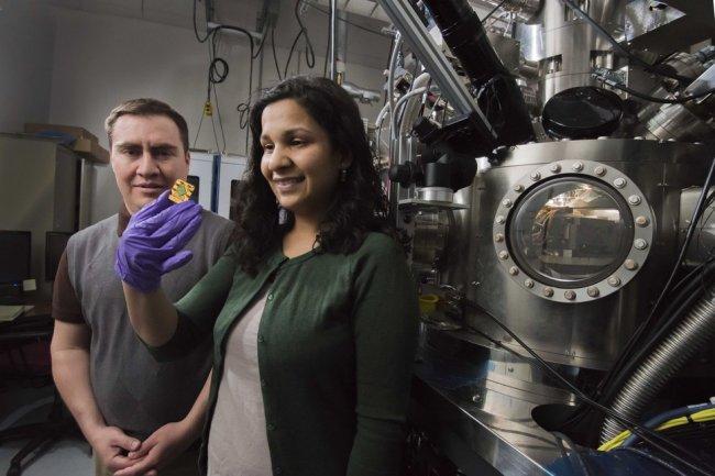 Les chercheurs Jose Pacheco et Meenakshi Singh, qui tient un circuit qubit intégré dans le silicium. (Crédit : Randy Montoya/Sandia National Laboratories).