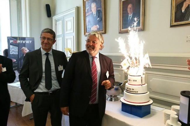 Un beau gâteau pour fêter les 35 ans du Monde Informatique à Lyon le 22 septembre à l'occasion de  l'IT Tour avec Didier Savalle (représentant du Club ISO 27001) et Yves Bismuth (président de l'Adira). (crédit : D.R.)