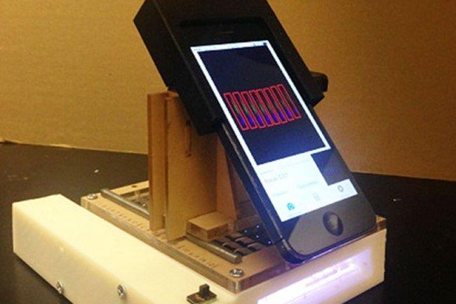 Le spectromètre de lumière est ici attaché à un iPhone 5 mais il pourrait fonctionner avec un autre smartphone. (Crédit : Washington State University)