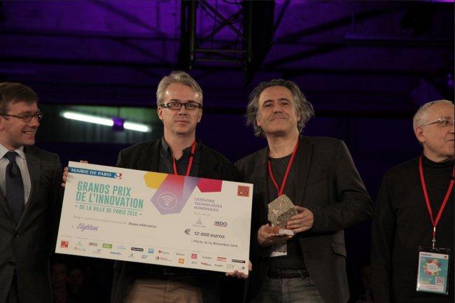 Laurent Daudet (à gauche) et Igor Carron, respectivement CTO et CEO de LightOn qui conçoit un co-processeur optique pour accélérer les traitements IA, lauréats des Grands prix de l'innovation de Paris.(crédit:ChoukhriDje/Paris&Co)