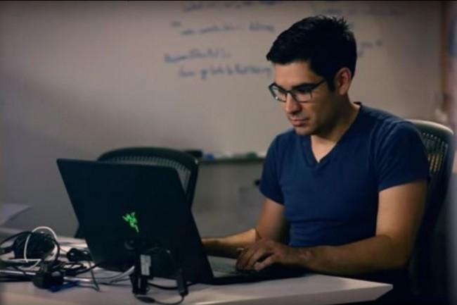 Alexander Mejia, fondateur de l'éditeur de jeux vidéos Human Interact, exploite l'API Custom Speech de Microsoft pour faire interagir l'utilisateur avec son jeu Starship Commander. (crédit : D.R.)