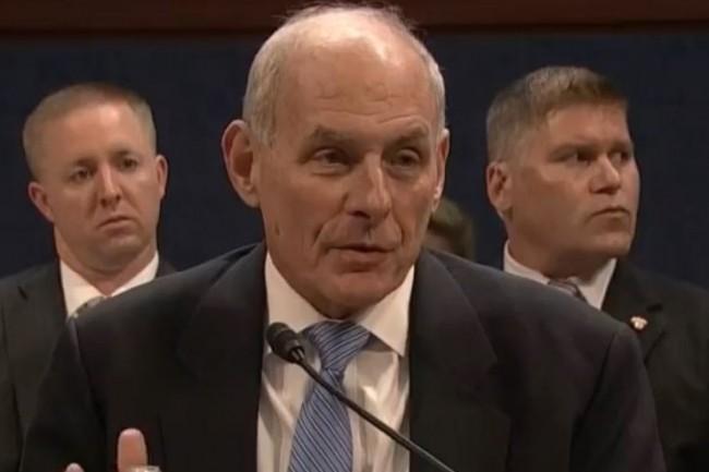 Le directeur du département de la sécurité intérieure des Etats-Unis, John Kelly, veut obliger les voyageurs munis d'un visa à donner les mots de passe de leurs comptes de réseaux sociaux pour entrer aux Etats-Unis. (crédit : DHS)