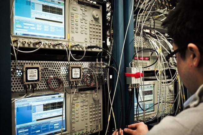 Un chercheur travaillant sur le système d'ordinateur 5-qubit d'IBM. (crédit : IBM)