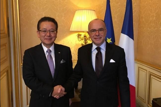 Le président de Fujitsu, Tatsuya Tanaka, à l'occasion de sa rencontre avec le 1er ministre français Bernard Cazeneuve, à Matignon le 8 mars dernier. (crédit : Fujitsu)