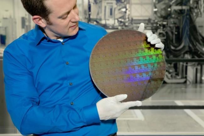 Nicolas Loubet, d'IBM Research, montre un wafer avec des transistors pour concevoir une puce de 5 nanomètres. (Crédit IBM/Connie Zhou)