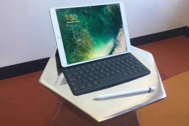 L'iPad Pro 10,5 avec ses accessoires bienvenus, son clavier et son stylet.