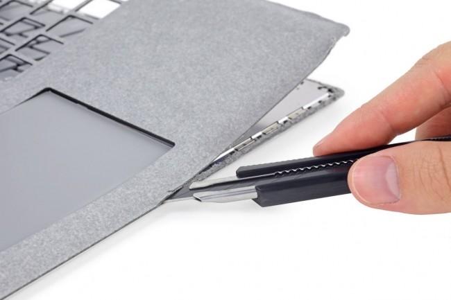 iFixit n'a pas ouvert le Surface Laptop de Microsoft en le dévissant, mais au moyen d'un cutter qui ne l'a guère arrangé. (crédit : iFixit)