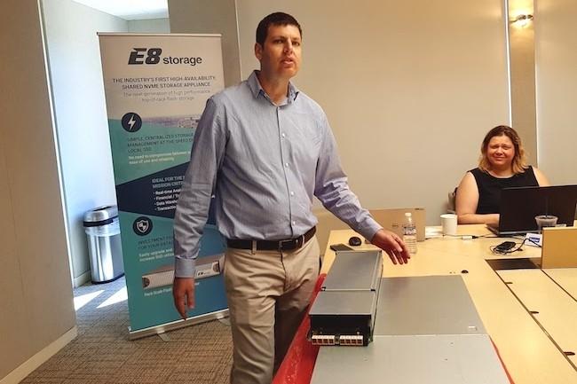 Cette année, Zivan Ori, CEO d'E8 Storage, pouvait nous montrer une baie NVMf finie avec des performances flatteuses. (Crédit S.L.)