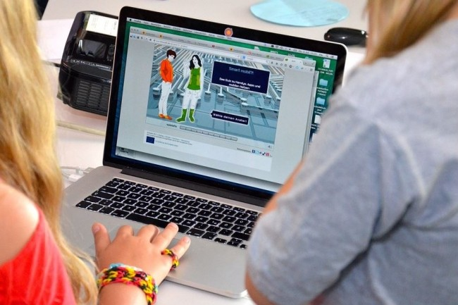 L'entrée des services web et cloud fournis par Google, Apple, Facebook, Amazon et Microsoft dans l'école nécessite de délimiter un cadre réglementaire sur l'usage des données personnelles des élèves. (crédit : (crédit : Pixabay / albersheinemann)