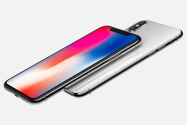 L'iPhone X est livré avec sa connectique Lightning : câble vers USB, adaptateur vers une prise mini-jack 3,5 mm et EarPods. (crédit : Apple)