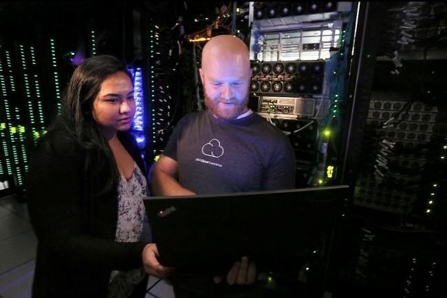 Deux ingénieurs logiciels d'IBM (Shibani Raikar et Brad Hoover) testent l'outil d'automatisation Cloud Private dans un laboratoire du fournisseur à Austin (Texas). Crédit : J.Plunkett pour IBM