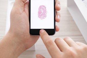 Un juge ordonne � une femme de d�verrouiller son iPhone avec son doigt