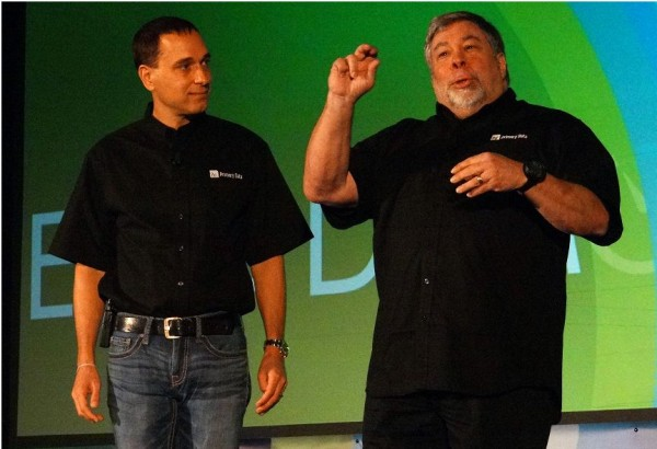 Conseiller scientifique de la start-up de stockage Primary Data, le co-fondateur d'Apple Steve Wozniak commente l'actualit� technologique aux c�t�s du CEO.