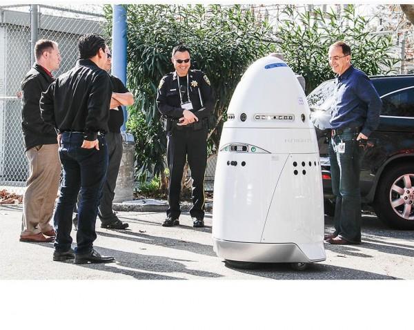 Microsoft a test� les robots K5 de Knightscope sur son campus de la Silicon Valley, 136 kg sur roues bard�s de capteurs pour tout surveiller. (D.R.)