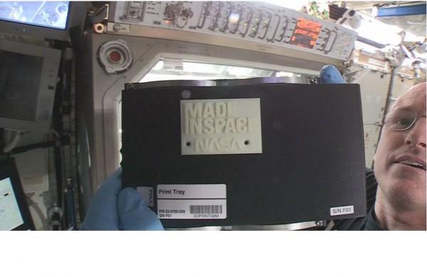 Une pi�ce d�tach�e en plastique a �t� produite hier sur l'imprimante 3D install�e sur la station spatiale internationale.