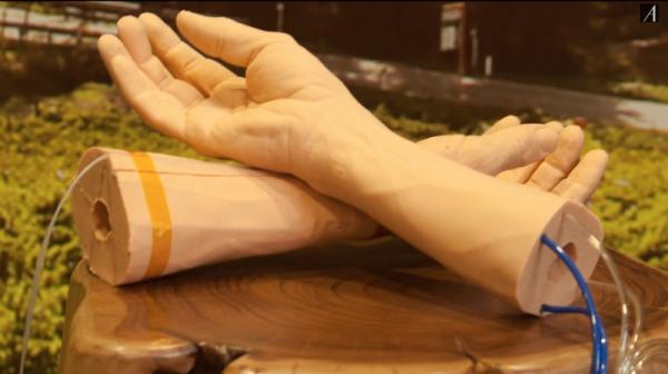 Dans le cadre de recherche contre le cancer, Google a d�velopp� un bras en peau synth�tique.