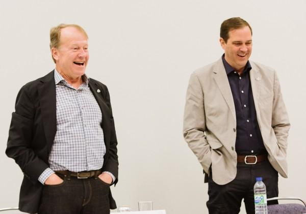 Chuck Robbins (� droite), jusqu'� pr�sent vice-pr�sident senior de Cisco, va remplacer John Chambers � la t�te de la soci�t�.