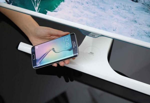 Le moniteur Samsung SE307 est dot� � sa base d'un syst�me de recharge sans fil � la norme Qi.